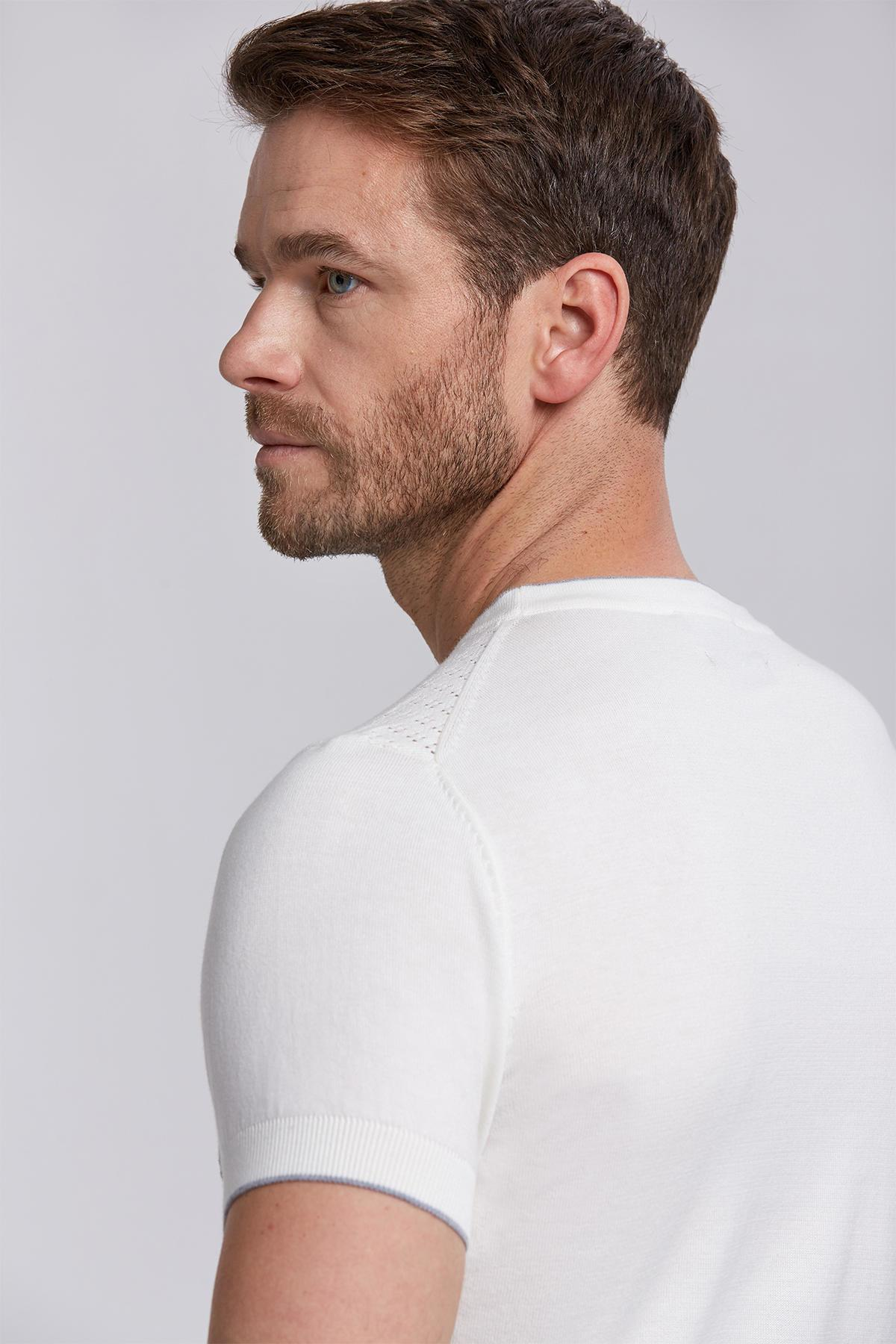 Çiçek Desenli V Yaka Kırık Beyaz Triko T-Shirt